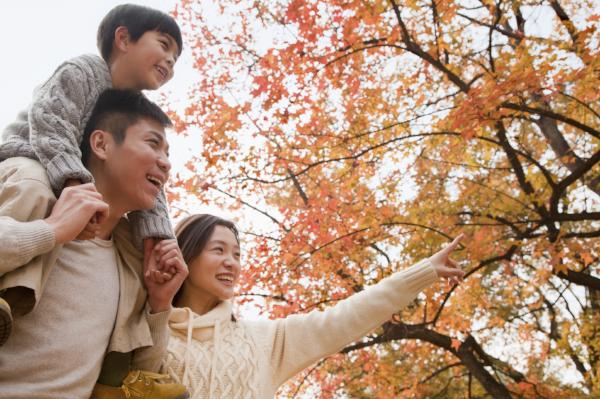 asian_family_enjoying_fall_600x399.png